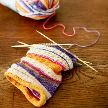 棒針編みに慣れてきたら、毛糸を工夫してさらに素敵なアイテム作りにチャレンジしてみませんか?ドイツ生まれの、1本の糸を色とりどりに染めた毛糸の「Opal(オパール)」を使えば、シンプルなメリヤス編みなのに、複雑な模様が現れ、初心者さんでも簡単に複雑な色合いのデザインに仕上がります。