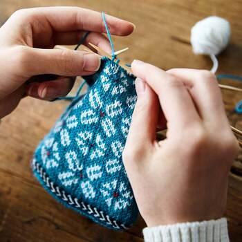 そんなキュートなラトピアミトンを作ることができる 毛糸や糸、説明書の材料セットが毎月月1回、6種類の中から、1種類ずつ届き、全長約23cmのミトンを作れます。