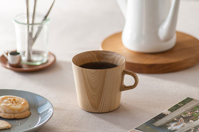 「KAMI」という名前の通り、木を紙のように薄く削って作られたマグカップです。木目の美しさに見とれますね。飲み物の温かさをキープしてくれるので、ゆったりとお茶の時間を過ごせます。