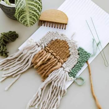 上記の木製織り機で素敵なウィービングタペストリーを制作しませんか?毛糸、ウッドスティック、とじ針、厚紙や、作り方説明書、図案のキットが毎月1回届くので、糸や羊毛を、ざくざくと織っていくだけで、お部屋のインテリアとして絵になるウィービンクタペストリーが初心者さんでも簡単に作れます。