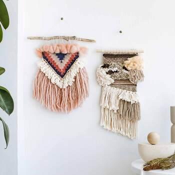 仕上がりのサイズは、幅約25cm×長さ約38~49cm。やわらかでもこもこフワフワの毛糸のタペストリーは、冬のお部屋をやさしくあたたかく演出してくれます。