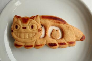 ほかにも、トトロをモチーフにしたスイーツがあります。吉祥寺店限定の「猫バスサンド」も手土産におすすめで、サクサククッキーにバタークリームがたっぷり。サイズがかなり大きいので、シェアしても良さそうです。