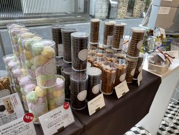 自宅用やプチギフトに焼き菓子はいかがでしょうか?おすすめは、パイ生地にアーモンドクリームをのせ、パイナップルを混ぜ込んだ「バトンダナナス」。東京本店限定なので、ちょっと気の利いた手土産にも良さそうです。