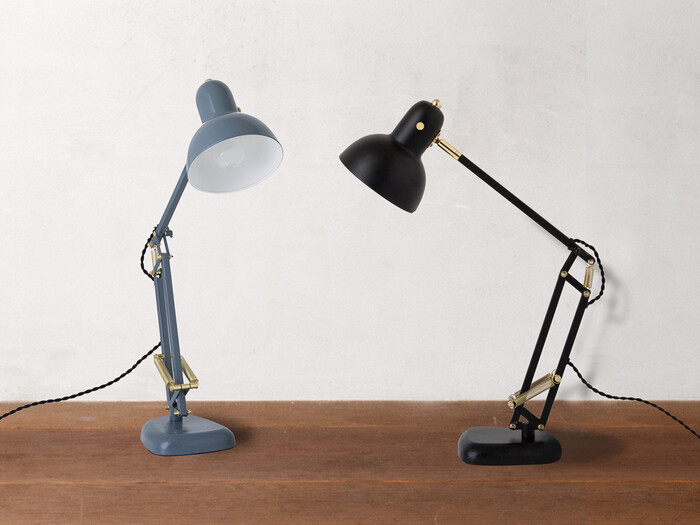 鎌倉発のブランド「HERMOSA(ハモサ)」。ヴィンテージ感のある個性的で美しいアイテムを展開しています。 こちらのCALTON DESK LAMPも、ヴィンテージの風合いが楽しめるデザイン。真鍮を使用したスイッチなどクラシカルな魅力に、丸いシェードの可愛らしさも融合した素敵デスクランプです。