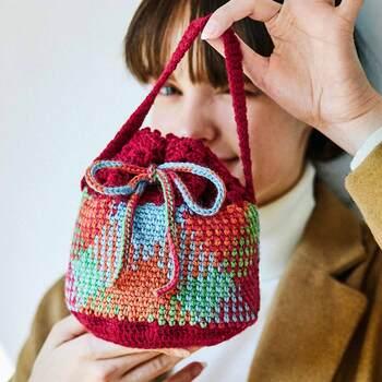 段染め糸をずらして編む、欧米で人気の編み方「プランドプーリング」を学びながら、可愛らしいニット小物の制作体験ができるキット。