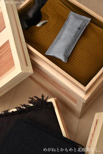シーズンオフの衣類を仕舞っておくとき、湿気でお気に入りの服がカビないように、衣装ケースに炭を入れておくのがおすすめ。