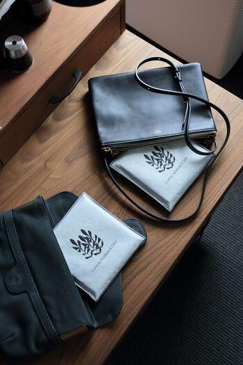 一日使ったバッグは、臭いや湿気が染み込んでいることがあります。使い終わったあとに炭を入れておくと、除湿&脱臭ができて一石二鳥ですね。