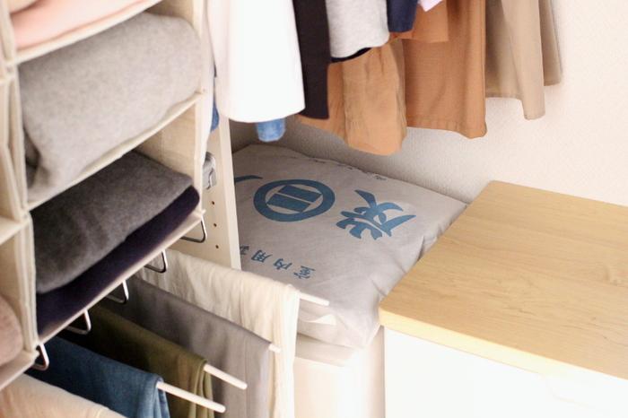開け閉めすることの多いクローゼットには、大きめの炭袋を置いて。湿気も臭いもこもりがちなクローゼット内の空気をキレイにしてくれます。
