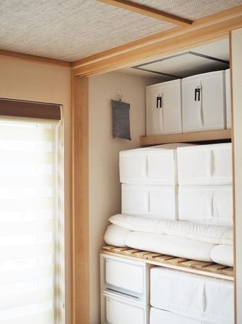 炭の入った袋に、フック付きのピンチを付けて押し入れ内部の壁にハンギング。押し入れの空間の有効利用ですね。