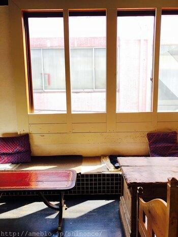 東急百貨店の裏にある「komagura cafe(コマグラ カフェ)」はSNSで話題のおしゃれカフェ。アンティーク調のインテリアやセンスあふれる小物がステキで、コンポートやチーズケーキなど、どのスイーツもフォトジェニックです。