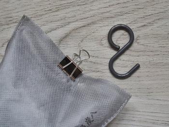 炭の入った袋にクリップを付けて、S字フックを取り付け、クローゼットのバーにハンギング。