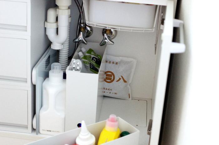 湿気がこもりがちな洗面台のシンク下。気がつかないうちにカビが生えていた…なんていうことのないように、しっかり湿気対策はしておきたいですね。袋型の炭なら、ちょっとした隙間に置いておけてお手軽です。