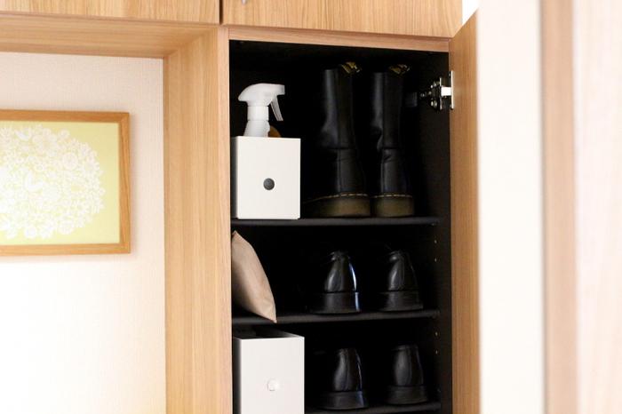 湿気がこもりがちな下駄箱にも炭がおすすめ。気になる臭い対策にもなりますね。下駄箱の各段に置いておくとより効果的です。
