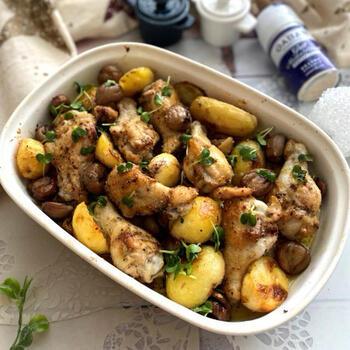 食材の下準備をしたら後はオーブンにお任せのほったらかしレシピ。スパイシーな鶏手羽元とほのかに甘い栗は好相性。
