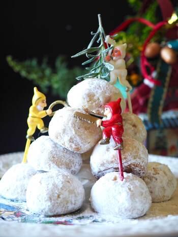粉砂糖をたっぷりまぶしたスノーボールを積み上げてツリー風にしても可愛いですね。  こちらのレシピでは米粉を使ってホロホロ食感にしています。米粉を使えば小麦粉アレルギーの人でもクッキーを楽しむことができます。