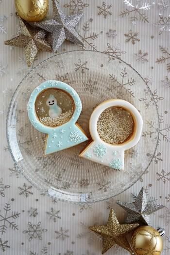 お菓子作りが得意な人は、クリスマスの定番スノードームをクッキーで作ってみてはいかがでしょう。  飴部分はパラチニットという砂糖を使っています。間にアザランを入れたらサラサラと動くスノードームクッキーのできあがり。  アイシングでデコレーションするとさらに素敵に仕上がります。