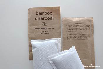 セリアで売られている脱臭・防湿効果のある竹炭。100円というコスパの良さがうれしいですね。