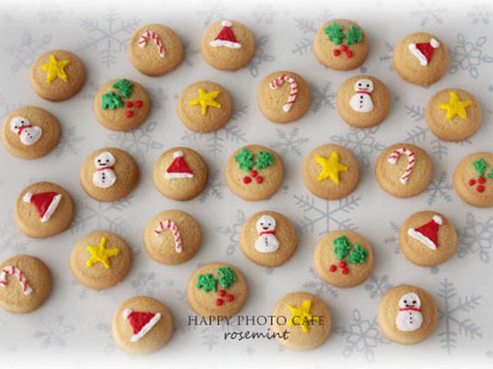 わざわざクリスマスのクッキー型を買わなくても家にある型を使ってもOK! アイシングで雪だるまやサンタの帽子を描けば、それだけでクリスマス仕様に。