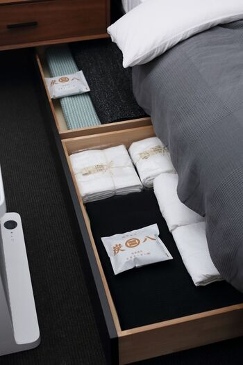 ベッド下の収納スペースは、湿気が多いのが悩みですよね。炭をいくつか一緒に入れておくと、湿気対策できます。