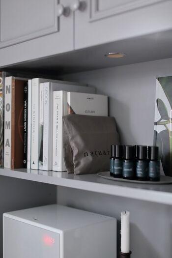 おしゃれな布袋に炭を入れて、本棚にディスプレイ。インテリアの一部としてさりげなく湿気対策できますね。
