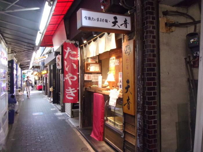 ちょっぴりディープでワクワクするハモニカ横丁には、食べ歩きにぴったりなお店がたくさん。「天音」もそのひとつで、焼きたての羽根付きたい焼きが人気です。