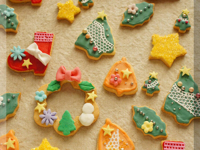 クリスマスらしいクッキーが作りたいなら、やっぱり型抜きクッキー。クッキー型は100均でも売られているので気軽に手に入れることができますよね。  アイシングペンやシュガークラフトを使えば子どもでもデコレーションできます。家族みんなでデコレーションをする時間も楽しそう!