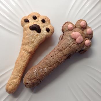 左側の「しろ」は、中に香ばしい玄米クリーム、ピンクの肉球の「くろ」にはチョコレートクリームがサンドされています。サクサクやさしい甘さに癒されること間違いなしです。