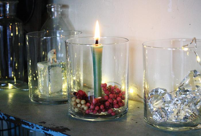 薄手のガラスのグラスにキャンドルと一緒に木の実やビーズなどをディスプレイすれば、おしゃれなキャンドルホルダーに。簡単に季節やインテリアに合わせて中身を変えることができるので、一年中違った表情を楽しめます♪(ロウによってシミができる場合があるので注意してください)