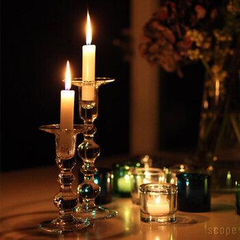 キャンドルの灯りをキラキラと反射させ輝く、北欧で作られたガラス製のキャンドルホルダー。シンプルなキャンドルをセットするだけで、クラシカルで冬のように凛とした空間を演出。
