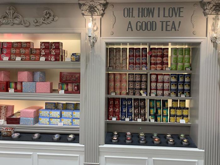紅茶ファンなら一度は耳にしたことがある、カレルチャペックの本店が東急百貨店のそばにあります。広い店内には、厳選した紅茶がずらり。可愛らしいパッケージの商品もさることながら、オリジナルのテイクアウトスイーツも外せません。