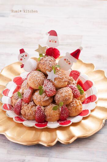 こちらはクッキーシューで作るプロフィットロール。プロフィットロールとは、シュークリームを積み上げてデコレーションした結婚式やお祝いの席で食べられるデザート。  砂糖をふりかけるとまるでクリスマスツリーのようにも見えますよね。ホームパーティーにぴったり。時間がある人は一手間かけてクッキーシューを手作りしてはいかが?
