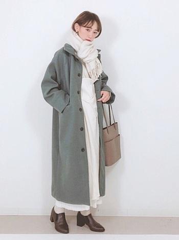 どんなスタイルとも相性抜群な「ワンループ巻き」。上質なマフラーを選べばスーツやきれいめの服装の時もすっきりとした印象に仕上がりますよ。