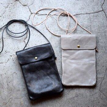 Roberu|レザーサコッシュ縦型  薄型かつ軽量が特徴のサコッシュは、とにかくミニマムにお出かけできるのがメリット。スマートフォンやパスケースなどを入れて、身軽なシンプルスタイルに。