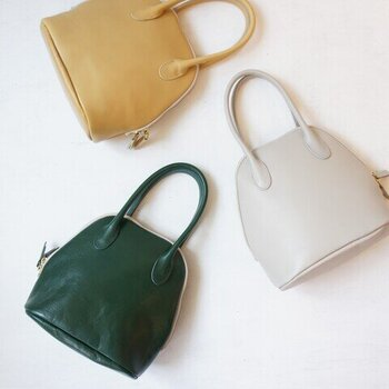 TIDEWAY|MOSS BOSTON  手持ちタイプのレザーハンドバッグは、すっきりコンパクトなサイズ感がスマート。手元を女性らしく彩り、きれいめコーデが美しくサマになります。