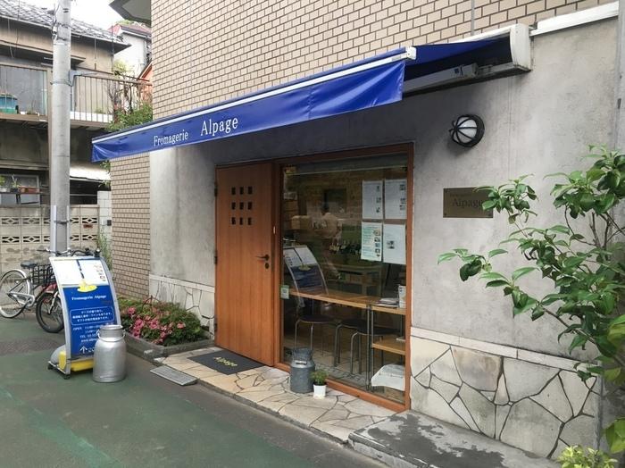 神楽坂で知る人ぞ知るチーズ専門店「Fromagerie Alpage (チーズ専門店 アルパージュ)」。青いファサードが目印のお店は、ドアを開けるとチーズの香りが迎えてくれます。