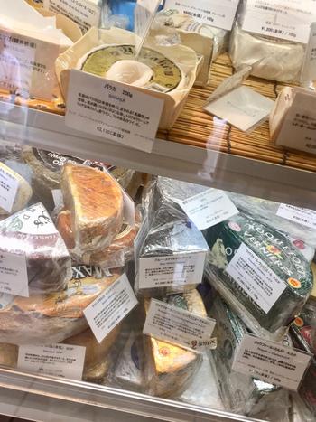 ヤギのミルクで作ったチーズやフランス産のチーズなど、見たことのないような珍しい種類がずらり。チーズによって食べ方や合うお料理が異なるので、お店の方に聞きながら選ぶと良いですね。ワインに合うチーズもたくさんありますよ。