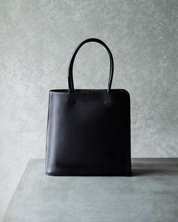 土屋鞄|ブラックヌメブックトート  本の形をモチーフにしているレザートートバッグ。ごくシンプルだからこそ、素材やフォルムの美しさが際立ちます。丁寧にお手入れして使い込みたい一品ですね。