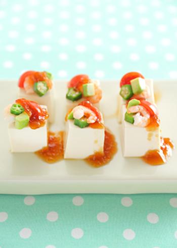 冷ややっこというと、かつお節とねぎ…と地味なイメージですが、豆腐をひとくちサイズにカットして、刻んだプチトマトやオクラをトッピングすればカラフルに。ポン酢ジュレをかければ、おしゃれなオードブルに変身!
