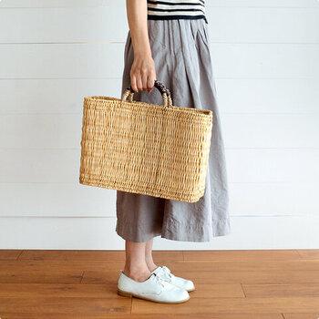 松野屋 |ストローカゴ 革手  天然素材を編み込んだ、ナチュラル感が魅力のかごバッグ。装飾のないベーシックなデザインを選べば、一年中お出かけのお供として活躍します。