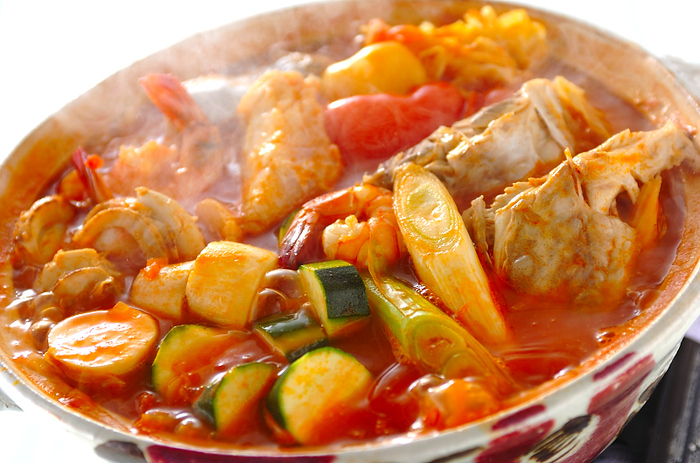 水煮トマト缶をたっぷり2缶使って作るリコピンたっぷりのトマト鍋。野菜でとった出汁にたっぷりの魚介の旨味が溶け込んでいます。  エリンギやズッキーニ 、キャベツなどトマトと相性の良い野菜をたっぷり入れて。シメはお米を入れてリゾットにして食べたいですね。