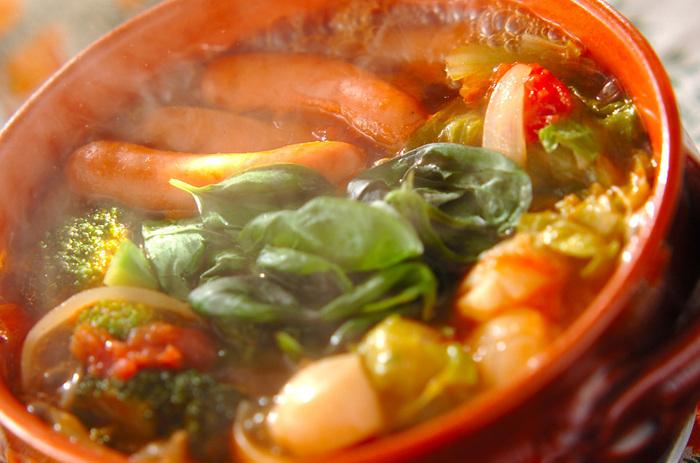 こちらはソーセージ とホタテが入ったトマト鍋。最後にタバスコや粉チーズ、生バジルを入れたらイタリアンに早変わり。シメはパスタを入れてスープパスタとして召し上がれ。