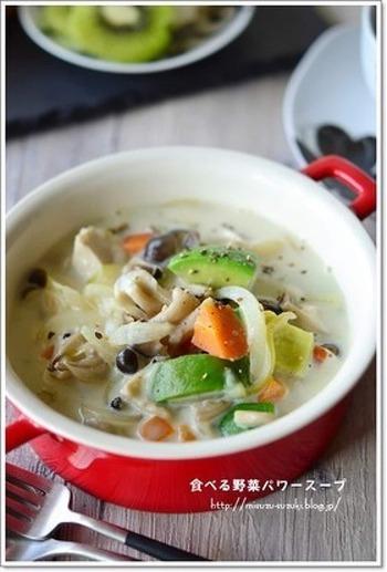 食べる美容液とも呼ばれるアボガドが入った濃厚なミルク鍋。パンとの相性も良いので朝食にもぴったりです。夕食の残りは取っておいて翌朝食べたいですね。