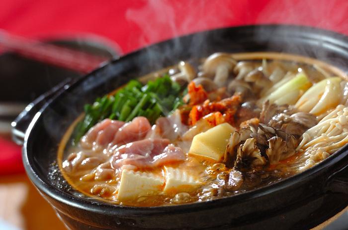 韓国と言ったら辛いものとチーズ! 辛いもの好きさんはコチュジャンと味噌で豚のチーズチゲ鍋を作ってみてはいかがでしょう。  ニンニクが効いたチゲ鍋にチーズを加えて、辛い中にもまろやかなコクが感じられます。きのこや野菜をたっぷり入れてヘルシーに食べられますね。