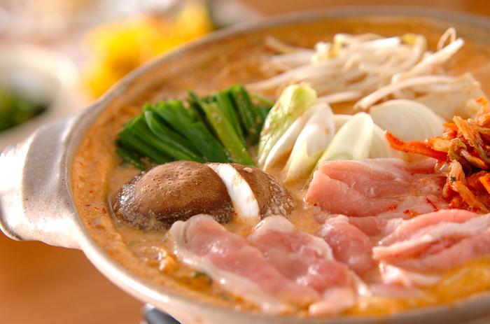 豆乳鍋に市販のキムチの素を加えてマイルドな辛さの鍋はいかが?  豆乳ベースなので大豆の栄養満点。もやしやニラ、豚肉などキムチと相性の良い具材で作りましょう。シメは中華麺を入れてラーメンにして召し上がれ。