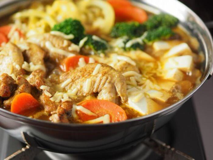 カレー鍋はカレールウがなくても、ガラムマサラとカレー粉があれば簡単に作れちゃうんです。  手羽先は下味をつけてフライパンで焦げ目をつけてから加えます。骨付きの手羽先は良い出汁がとれますよ。