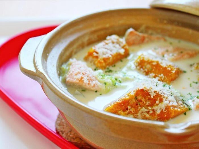 マイルドなミルク鍋には白菜とサーモン、かぼちゃを入れて洋風に。隠し味に味噌が入っているのでご飯との相性も◎。シメはご飯を入れてリゾットにしてスープも余さず頂きましょう。