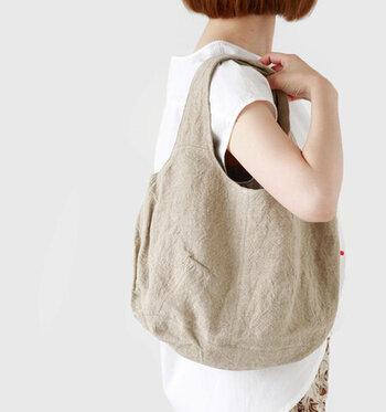 Permanent Age|リネントートバッグ  使い込むほどにくたっとした質感が生きるリネンバッグは、長く愛したくなる素材。肌なじみもよく、まるで体の一部かのようにシンプル派さんのスタイルに溶け込みます。