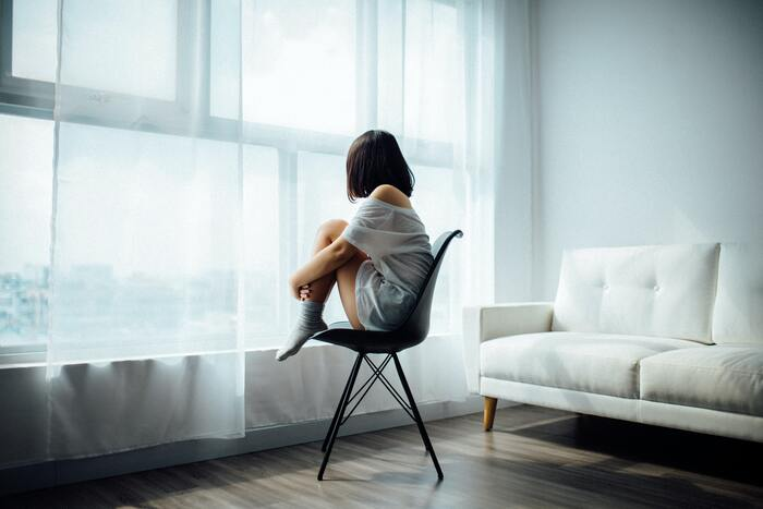 20~50代くらいの女性に病気や薬の影響でもないのに、定期的におこる全身のむくみというものがあります。 定期的に過度な食事制限やダイエットをしている、むくみを防ごうと利尿薬を乱用する、下剤の乱用、体質的に毛細血管の壁が水分を通しやすいなどが原因の可能性として考えられており、鬱といった精神疾患との関連も指摘されています。 食生活の改善、利尿薬の減薬、低塩食などにより改善されます。