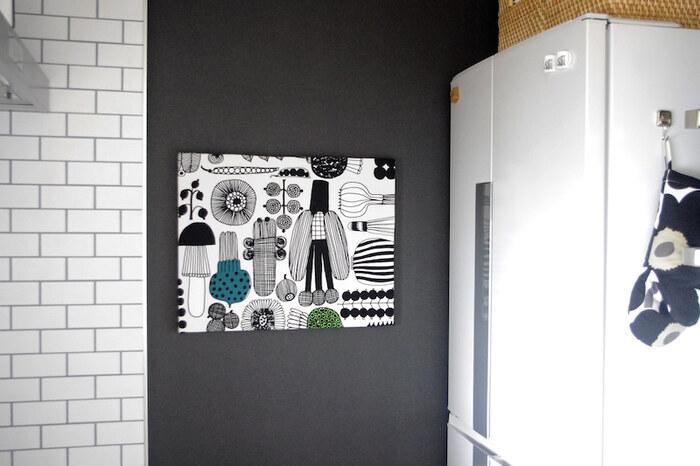 ファブリックパネルも壁のおしゃれの定番アイテムのひとつ。壁に飾るだけでアクセントになってくれます。こちらではキッチンに黒のはがせる壁紙を貼り、その上にファブリックパネルを飾っています。シックな黒がデザインを引き立てる効果も◎