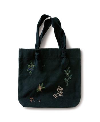 サニークラウズ|木の実図鑑バッグ  繊細な刺しゅう入りのトートで、手しごとの温もりを感じて。ナチュラルさんらしいおしゃれなアクセントであり、普遍的なデザインでもあります。バッグを持つたび、ホッと和ませてくれそう。